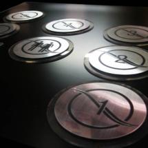 Bicapas grabadas con aplicacion de acrilico cristal cortado a laser