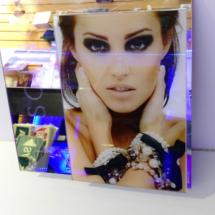 Display con acrilico espejo e impresion digital full color.
