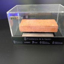 Exhibidor de acrilico con base negra grabada