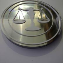 Logo en polifan compacto, frente bicapa acero, con aplicacion de corporeo en acrilico blanco