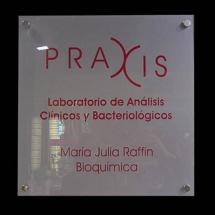Placa institucional impresa.